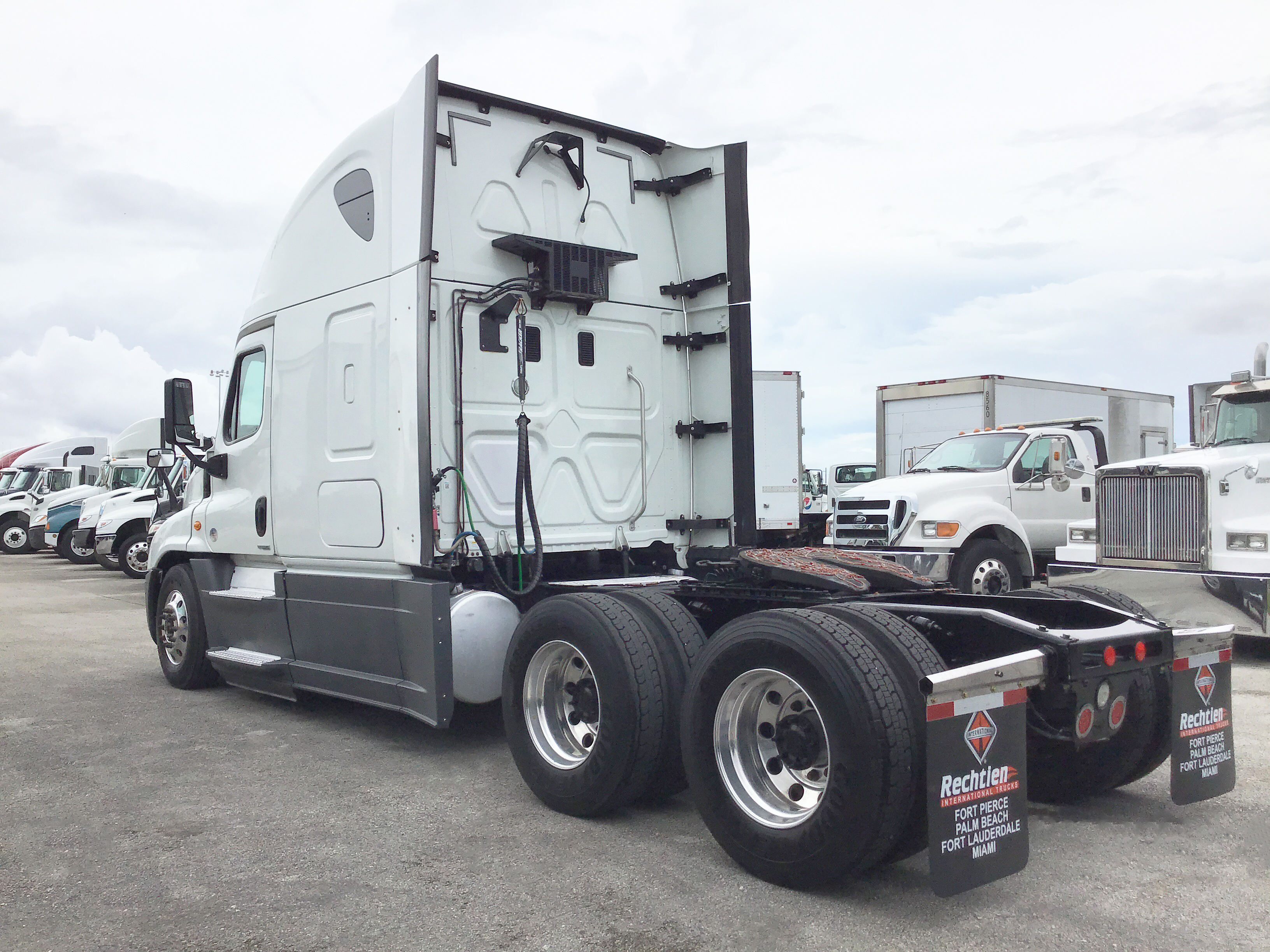 Pre-Owned 2015 FREIGHTLINER CASCADIA